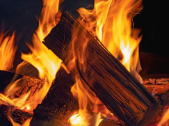 fire-3839931_1920 —  https://pixabay.com/de/photos/feuer-holz-kamin-flamme-kaminfeuer-3839931/